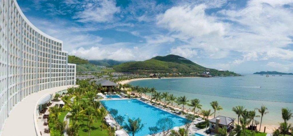 Biển Nha Trang thu hút nhiều khách du lịch bởi vẻ đẹp hấp dẫn